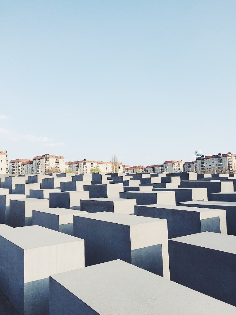 visitberlin-holocaustmahnmal-italianbar