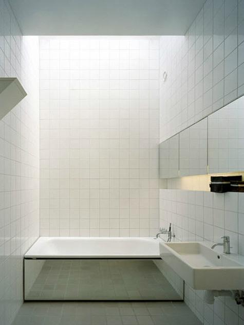 how to make a small bathroom look bigger, total white bathroom