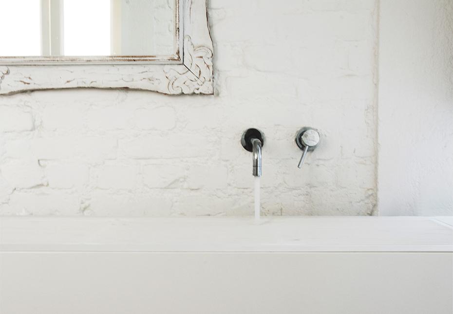italian-style-interior-bathroom-detail