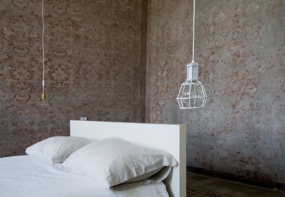 italian-style-interior-bedroom-cage-lamp