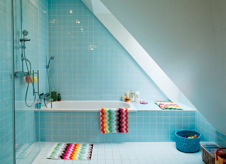 how to make a small bathroom look bigger, azure tiles bathroom