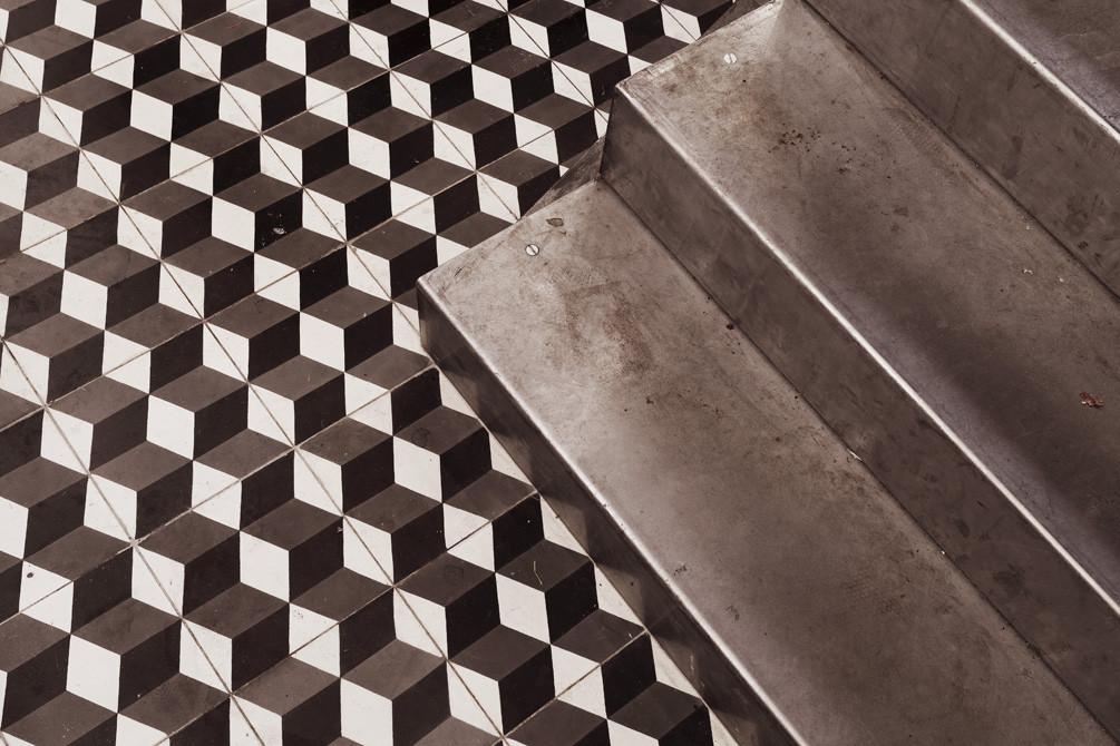 black-ceiling-interior-Paris-NewYork-Restaurant-CUTArchitectures