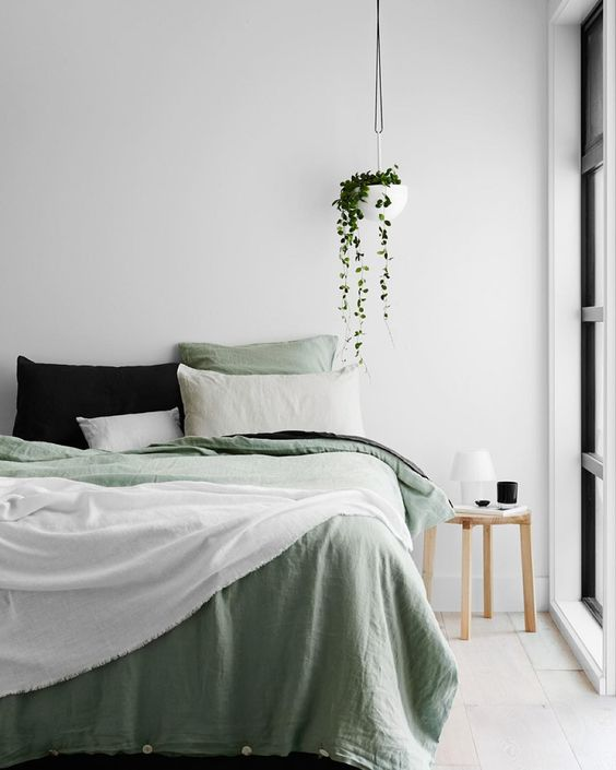 cozy bedroom design, bedroom inspirations, cozy bed, italianbark interior design blog, green blanket bedroom, green decor bedroom, hanged plant bedroom