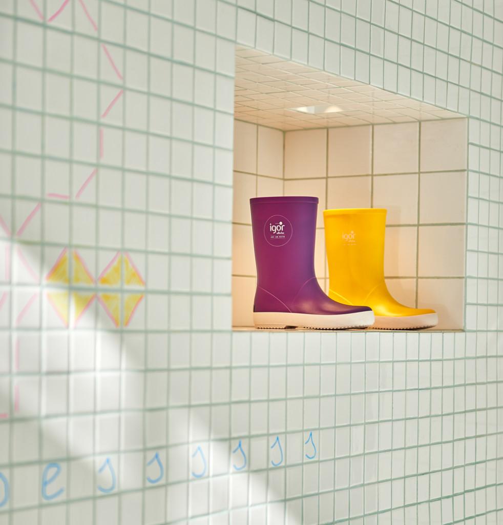 store-design-idea-total-white-little-shoes-barcelona-10