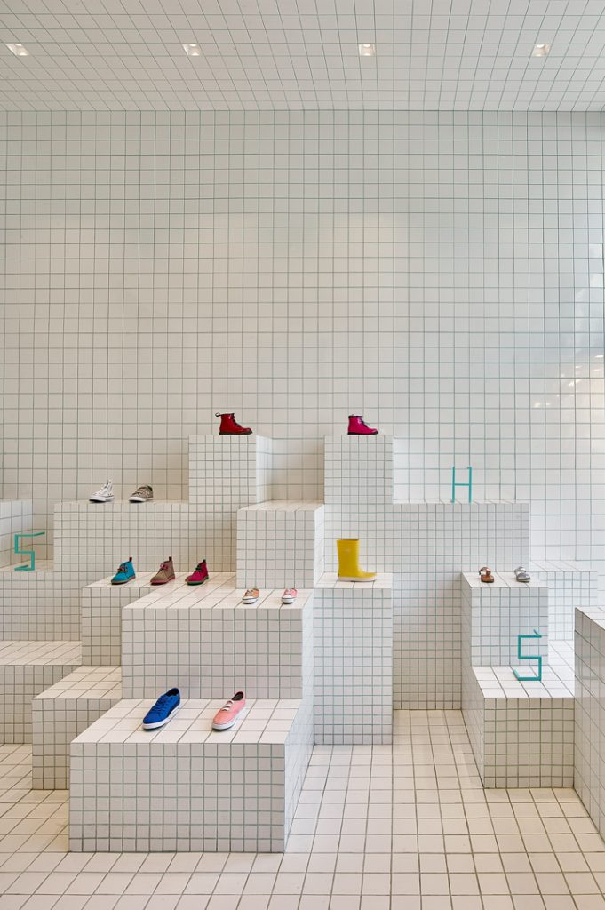 store-design-idea-total-white-little-shoes-barcelona-7