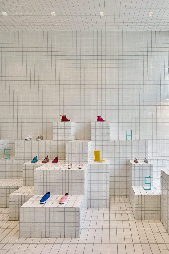 store-design-idea-total-white-little-shoes-barcelona-7