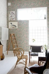 interior restyling tips, home before and after, scandinavian interior styling, living room restyling, restyling soggiorno, leather chair, floral wallpaper, carta parati fiori