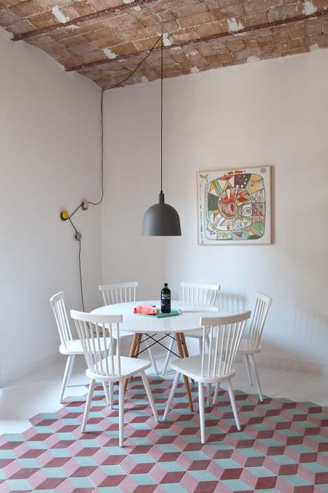 home in barcelona, interior barcelona, colourful interior, bell norman copenhagen, pavimento cementine, concrete tiles, hydraulic tiles, pink interiors, hexagonal flooring, concrete tiles, white wood table and chairs