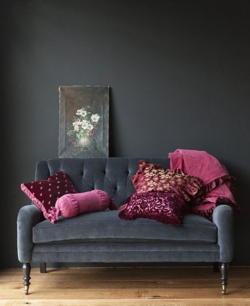 gray-sofa-pink-accents