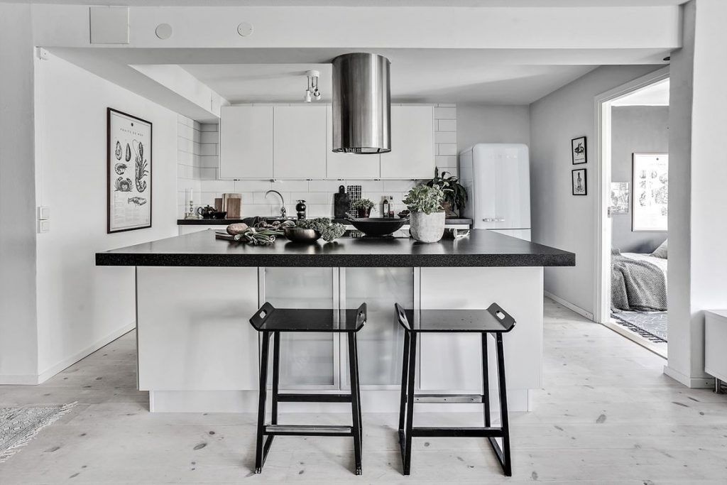 decorating with black, black home decor, hoem tour scandinavian, beautiful interior design, interior design blog italianbark, black kitchen counter
