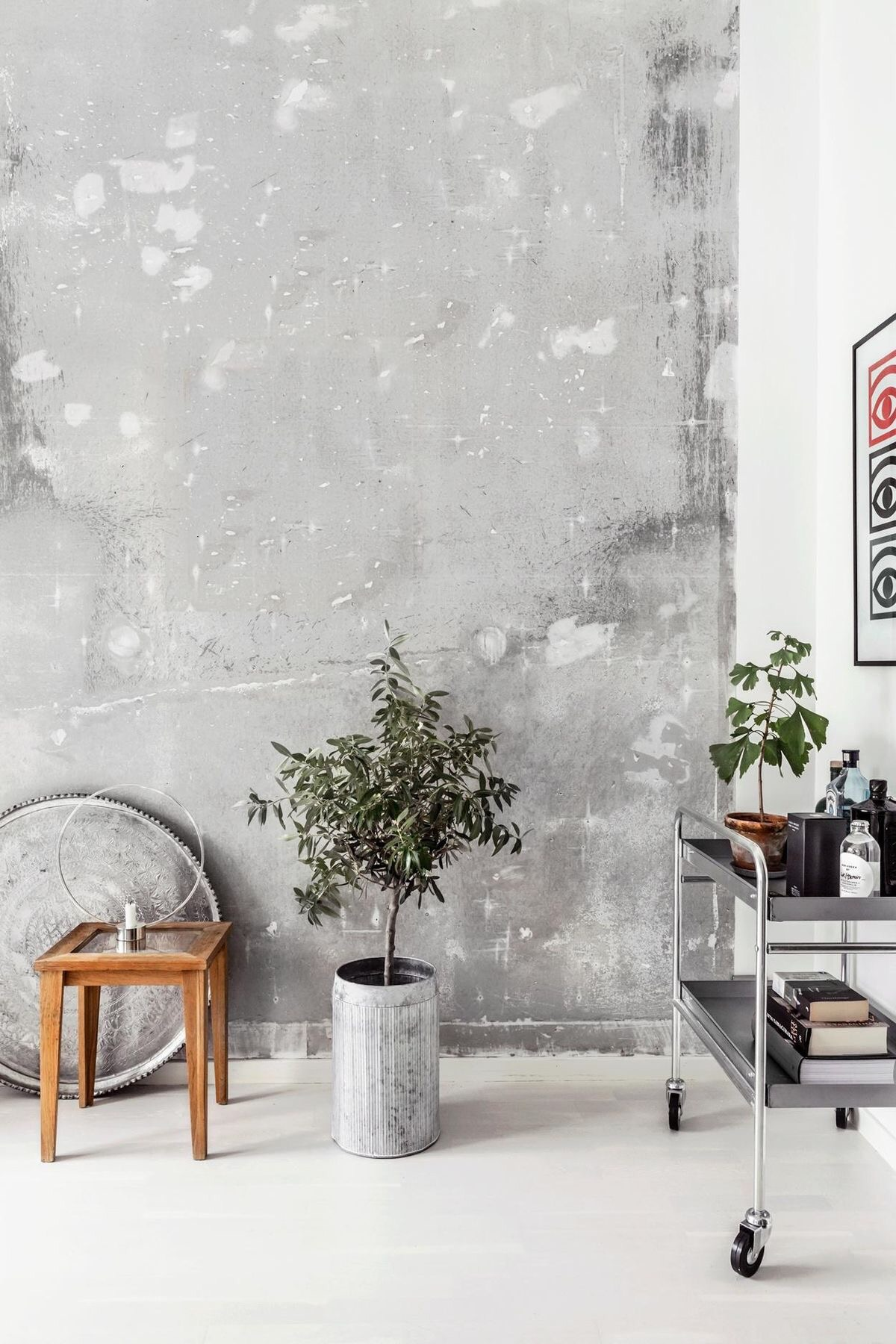 Using raw concrete on your walls helps to bring an aged and wabi sabi touch to an interior far from creating an hard and cold feeling typical of the