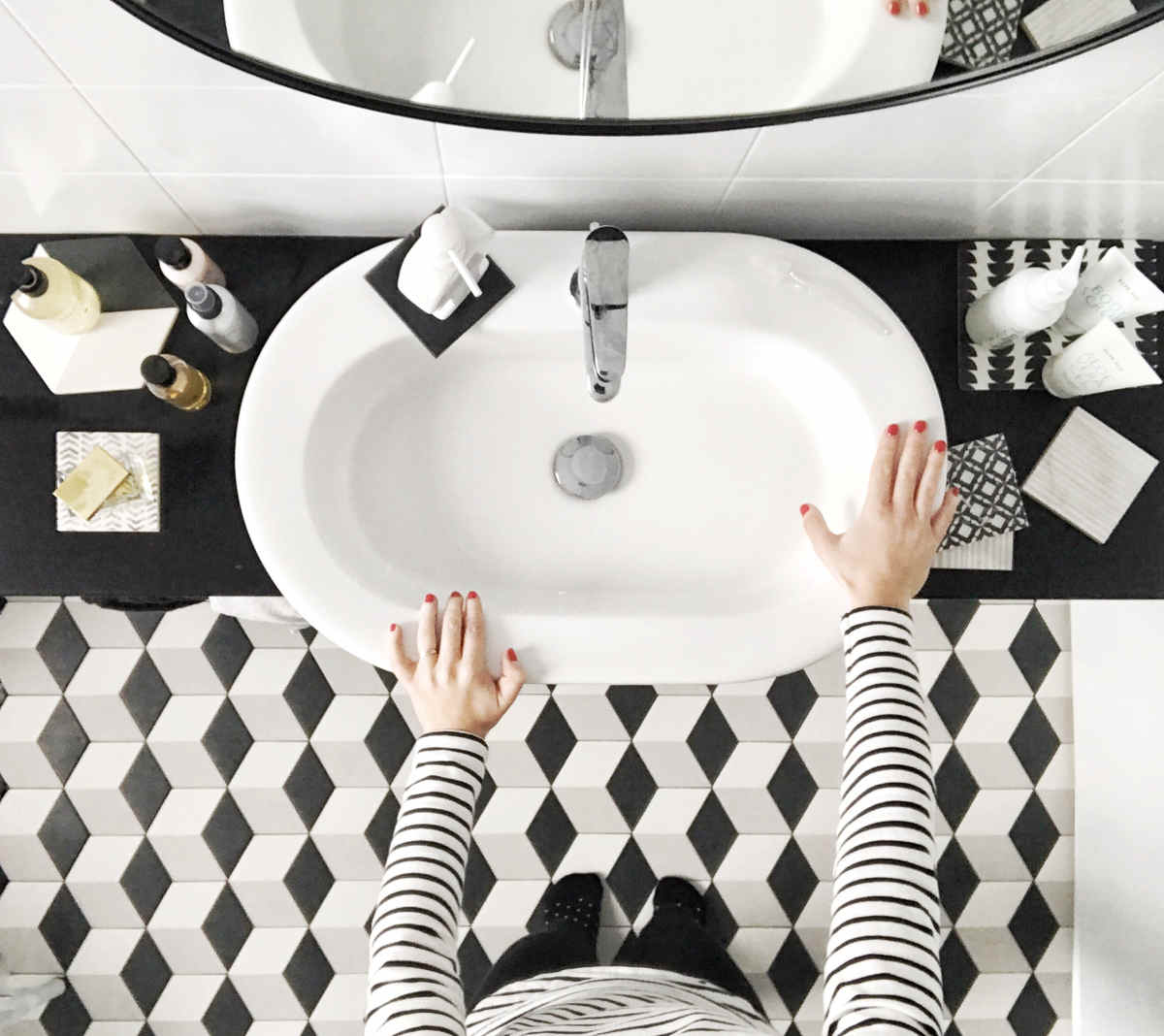 black white bathroom decor