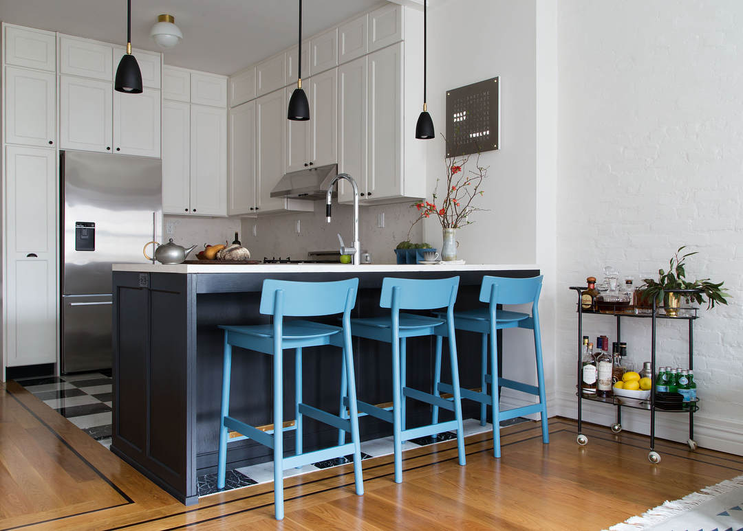 kitchen trends, colorful kitchen design, Bertazzoni Italian kitchen design, azure stools kitchen, sgabelli azzurri